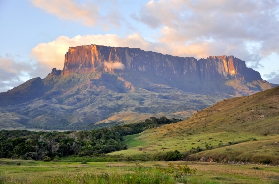 Tepui_Kukenan_Tepuy_at_Sunset